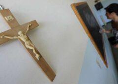 Crocifisso in aula, Fioramonti: «Sono per scuola laica». E divampa la polemica
